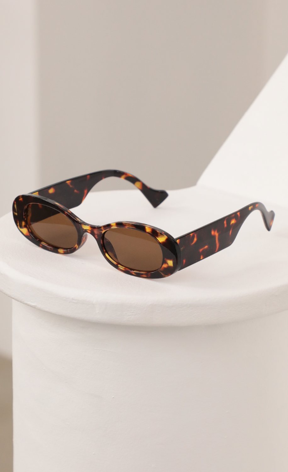 Daisy oval sunglasses in Brown Tortoise